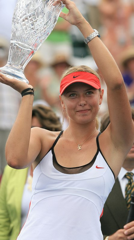 Maria_Sharapova,_with_2006_Acura_Classic_cup